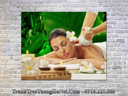 Tranh spa cô gái được massage thư giãn