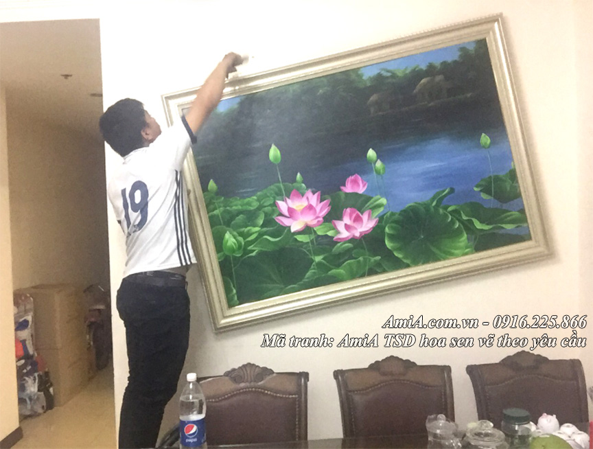 AmiA di treo tranh son dau hoa sen ve theo yeu cau