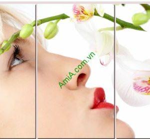 Tranh đồng hồ ghép miếng kiểu hiện đại: nụ hôn ngọn ngào Amia TDH 112