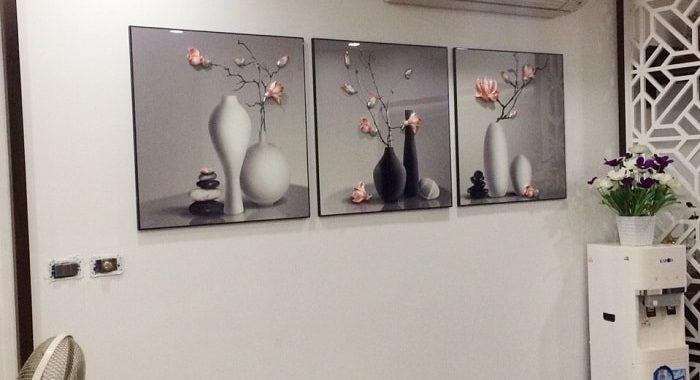 Treo tranh binh hoa o dau hop phong thuy phong khach