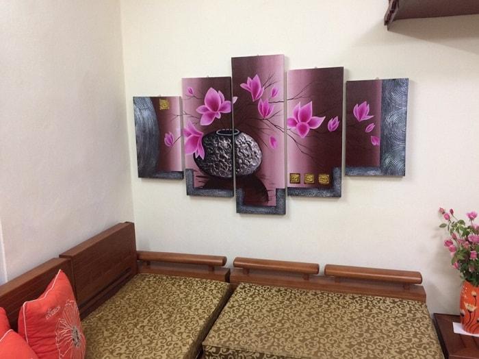 Y nghia tranh binh hoa trong phong thuy treo tuong phong khach
