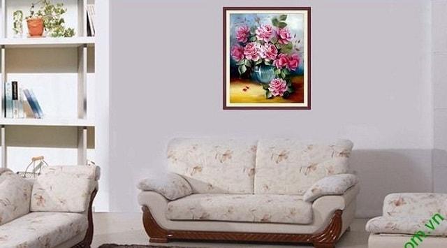 Y nghia tranh phong thuy binh hoa hong treo tuong phong khach