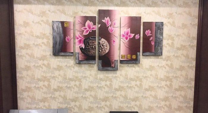 Y nghia tranh phong thuy binh hoa sen treo tuong phong khach