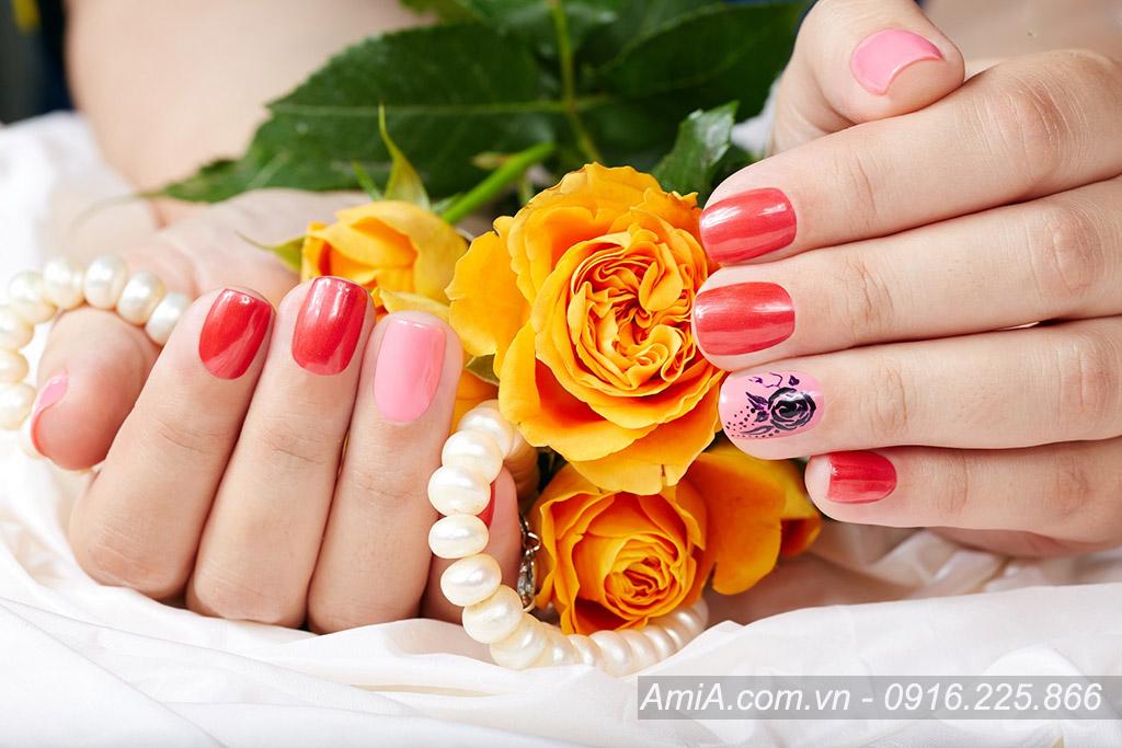 Hinh anh di spa lam nail dep tre trung AmiA ist-835999604