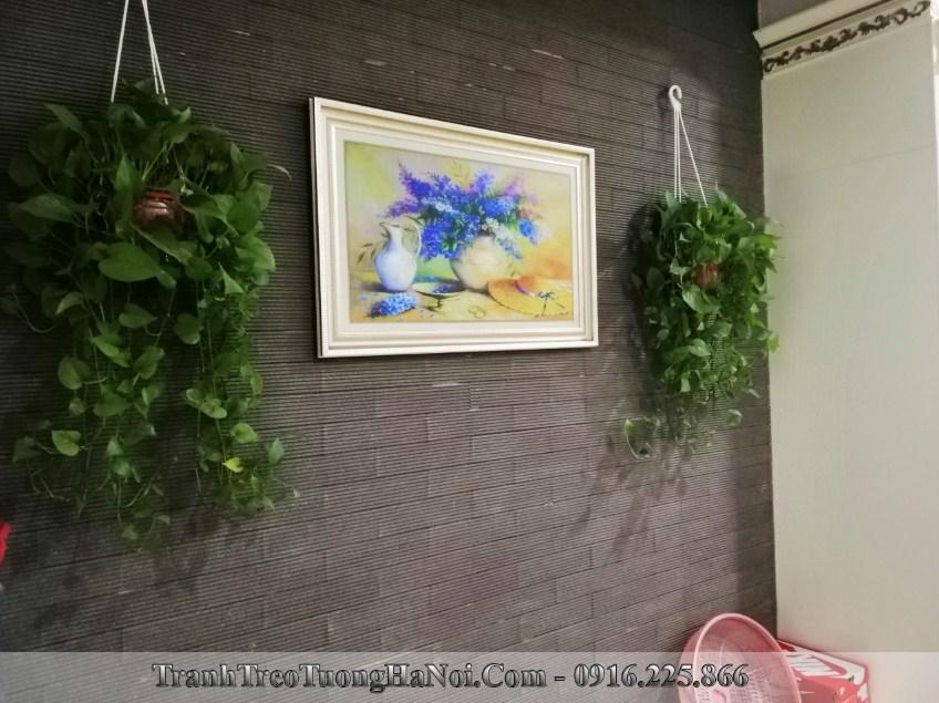 Tranh binh hoa xanh trang tri phia tren tu giay rat dep