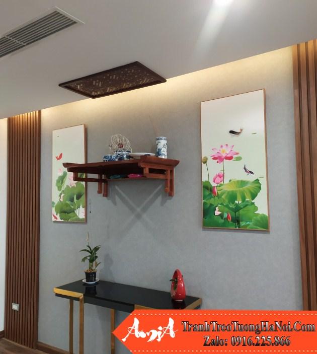 Hai buc tranh hoa sen treo doi xung nhau trong phong khach