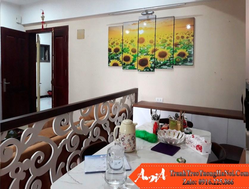 Phong khach chung cu nho nen treo hoa huong duong